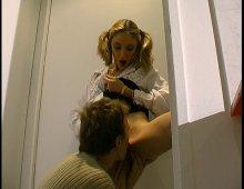 7952 - Une étudiante blonde baisée par tout le bahut!