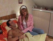 7960 - Infirmière sexy baise son patient à son domicile