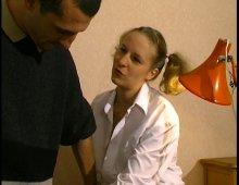 8211 - Une écolière vicieuse et sexy se prend des coups de bites