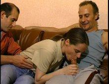 8401 - Après le Bois de Boulogne elle baise chez elle avec des inconnus