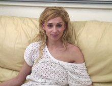 8435 - Petite blonde naïve découvre la baise
