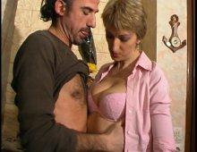 8642 - Femme nue au salon érotique de Lyon