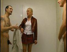 8692 - Jeune étudiante fait une partouze dans les vestiaires