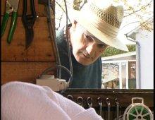 8925 - Le jeune jardinier baise la vieille dans le cabanon