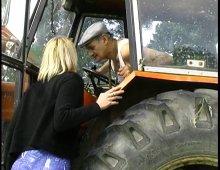 9033 - Papy baise la jeunette dans la grange