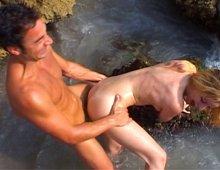 9083 - Deux pervers niquent une salope sur la plage