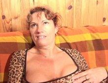 10317 - Femme à la chatte épilée et détrempée de mouille