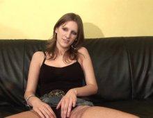 10414 - Jeune femme à sa petite chatte mouillée