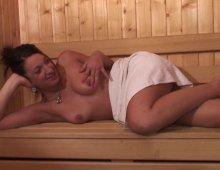10545 - Femme nue dans un sauna
