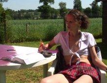 10571 - Jeune femme écolière sexy en mini en jupe écossaise