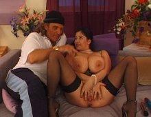 10575 - Des jeunes femmes à énormes poitrines
