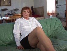 10644 - Une femme mature pratique uro et sodo