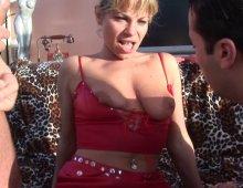 10666 - Femme cochonne aime faire gorge profonde