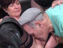 10684 - Papy pervers baise une vieille dans la salle d'attente