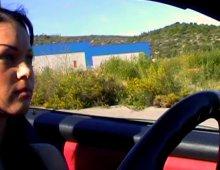 10780 - Femme nue à gros seins dans un coupé Mercedes