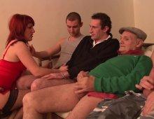 11281 - Une femme pratique un gang bang avec ses clients
