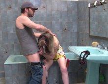 11437 - Cette salope blonde accro au sexe offre son cul