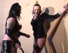 11491 - Une femme dominatrice avec des esclaves