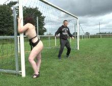 11543 - Femme nue sur un terrain de foot