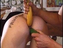 11569 - Une banane dans le cul d'une femme