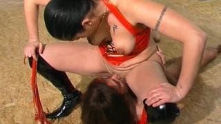 Sexe en uniforme avec séance de domination