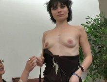 12609 - Dépucelage anal d'un petit cul serré