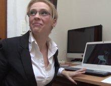 12787 - Gros sexe dans le cul de la secrétaire à lunettes