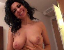 12825 - Femme exhibe ses gros seins et sa chatte poilue