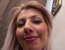 13727 - Une blonde à gros nichons très gourmande