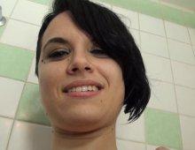13741 - Une jeune femme nue sous sa douche
