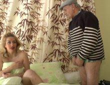 14139 - Papy pervers baise en levrette une jeune blonde