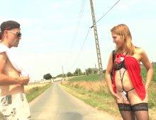 14397 - Une femme sexy au bord d'un chemin