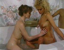 14715 - Des femmes lesbiennes lèchent la moule dans la salle de bain