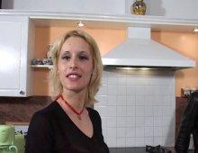 14793 - La blonde à gros seins se fait sodomiser sur le carrelage de la cuisine