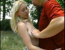 14909 - Baise en trio en forêt pour une jeune blonde