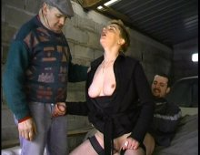 15071 - Caroline baisée sur le capot d'une voiture
