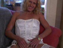 15123 - Il éclate le cul d'une blonde sur le divan