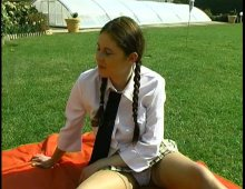 15173 - Flora se tape un ami de sa sœur dans le jardin