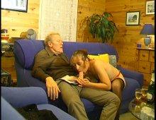 15189 - Il casse le cul de sa femme sur le canapé