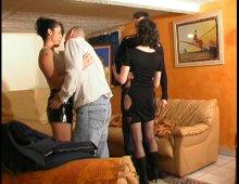 15223 - Une bonne petite partouze dans le salon