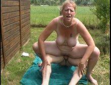 15261 - Cochonne aux gros seins enculée dans le jardin
