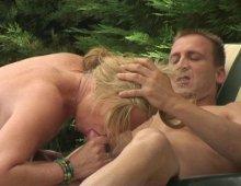 15551 - Un chanceux baise sa blonde au bord d'une piscine