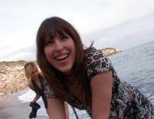 15609 - Une nymphe brune aux petits nichons doublement-pénétrée sur la plage