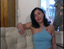 15661 - Une mature se dévoile passionnément devant une camera