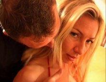 15671 - Une blondasse sexy et bien foutue comme cadeau d'anniv