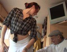 15715 - Un vieux pervers s'occupe des orifices de sa jolie femme de ménage