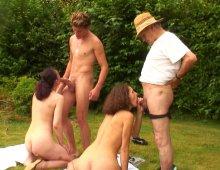 15970 - Partouze dans le jardin avec une jeune brunette