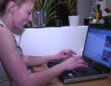 16198 - Alice suce et se fait niquer devant sa webcam