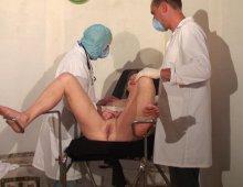 16216 - Une blonde vicieuse s'abandonne à deux gynéco pervers
