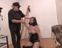 16522 - Une chienne soumise se fait humilier par un vieux pervers